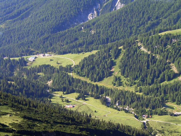 Foto: vince 51 / Wander Tour / Über die Latschenhütte auf die Vordere Platteinspitze / Untermarkter-Obermarkter Alm und Latschenhütte von Oben / 31.07.2009 23:30:07