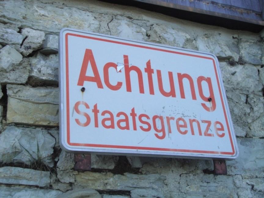 Foto: Wolfgang Dröthandl / Wander Tour / Von Gasteig zum Purtschellerhaus / Die Staatsgrenze Ö - D geht mitten durch das (erweiterte) Haus! / 07.06.2017 13:05:15