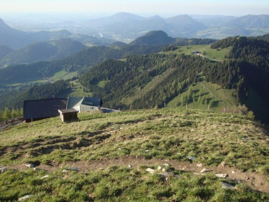 Foto: Wolfgang Dröthandl / Wander Tour / Von Gasteig zum Purtschellerhaus / Blick über die Hütte Richtung Stadt Salzburg / 07.06.2017 13:03:26