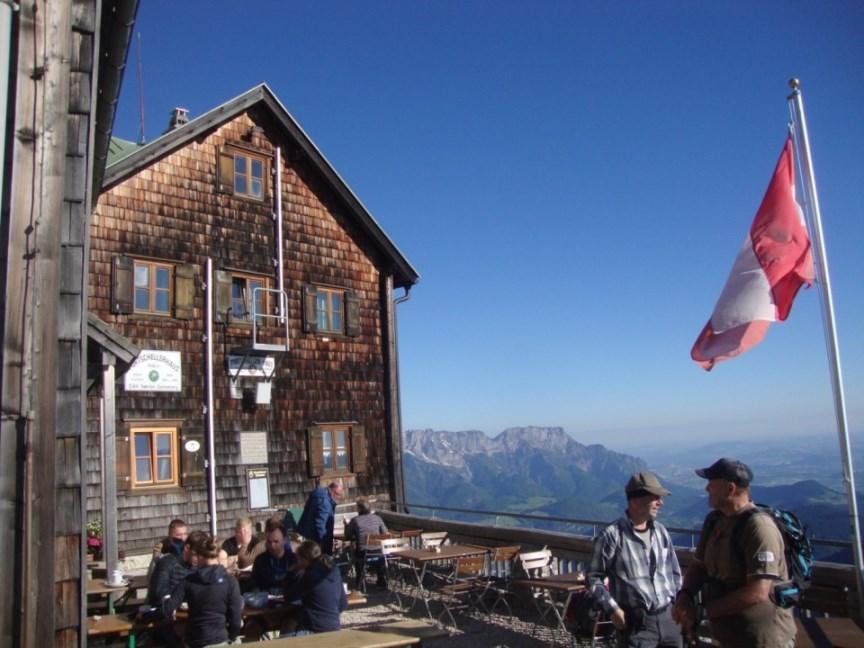 Foto: Wolfgang Dröthandl / Wander Tour / Von Gasteig zum Purtschellerhaus / Ostterrasse Purtschellerhaus gegen Untersberg / 07.06.2017 13:00:57
