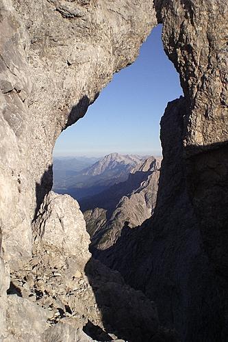 Foto: bymike / Wander Tour / Von Hinterthal über die Teufelslöcher zum Hochseiler / rechtes Teufelsloch von oben. Hier führt der Weg durch... / 10.08.2008 19:53:52
