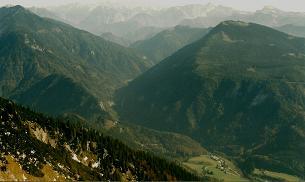 Foto: Wolfgang Dröthandl / Wandertour / Aus dem Mendlingtal auf den Gamsstein / Tiefblick vom Gipfel ins Salzatal (Palfau), im Hintergrund Hochschwab (rechts Ebenstein und Brandstein) / 28.03.2011 16:32:59