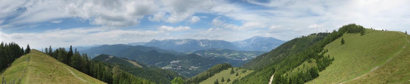 Foto: lurc / Wandertour / Sonnwendstein - Hirschenkogel / Panorama nach Norden vom Kammweg, rechts im Bild Sonnwendstein & Erzkogel, im Hintergrund der Schneeberg / 11.08.2010 10:46:46