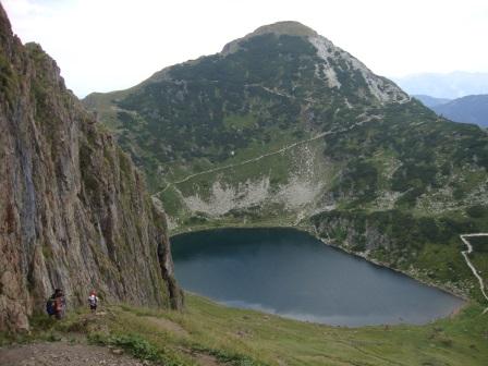 Foto: Wolfgang Dröthandl / Wander Tour / Wildseeloder und Henne / Wildsee und Henne vom Anstieg auf den Wildseeloder (Hütte hinter der Felswand links versteckt) / 17.08.2015 15:17:41