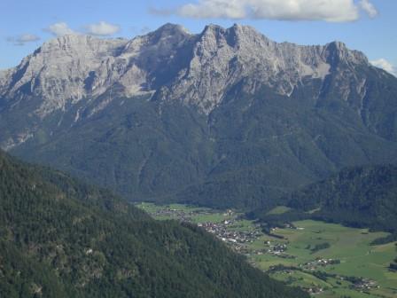 Foto: Wolfgang Dröthandl / Wander Tour / Von der Waidringer Steinplatte auf das Fellhorn / Loferer Steinberge, Tiefblick auf Waidring / 23.08.2016 13:04:02