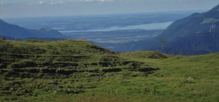 Foto: Wolfgang Dröthandl / Wander Tour / Von der Waidringer Steinplatte auf das Fellhorn / Blick auf den Chiemsee von der Hochtrittalm / 23.08.2016 13:02:48