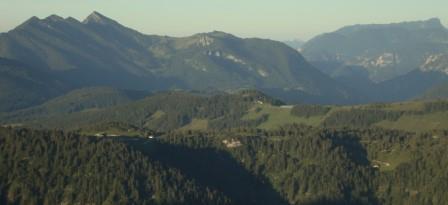 Foto: Wolfgang Dröthandl / Wander Tour / Von der Waidringer Steinplatte auf das Fellhorn / Links Sonntagshorn, rechts hinten Untersberg; im Vordergrund   Durchkaser Alm, rechts unten Brennhütte / 23.08.2016 12:59:55