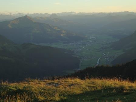 Foto: Wolfgang Dröthandl / Wander Tour / Von der Waidringer Steinplatte auf das Fellhorn / Blick auf Kitzbüheler Horn, im Tal St. Johann / T. / 23.08.2016 12:57:24