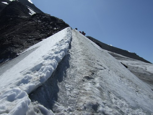 Foto: hofchri / Wander Tour / Vom Mooserboden auf das Große Wiesbachhorn (3564 m) / bei vereister Spur geben Steigeisen den nötigen Halt - und wenn der Aufwand nur für 15 m notwendig ist. / 30.09.2009 20:34:51