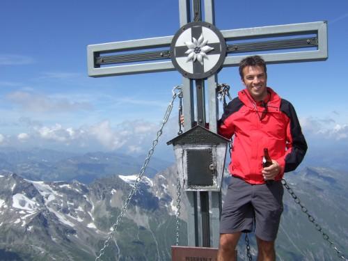 Foto: hofchri / Wander Tour / Vom Mooserboden auf das Große Wiesbachhorn (3564 m) / verdientes Bier am Gipfel auf 3.564 m / 30.09.2009 20:37:17