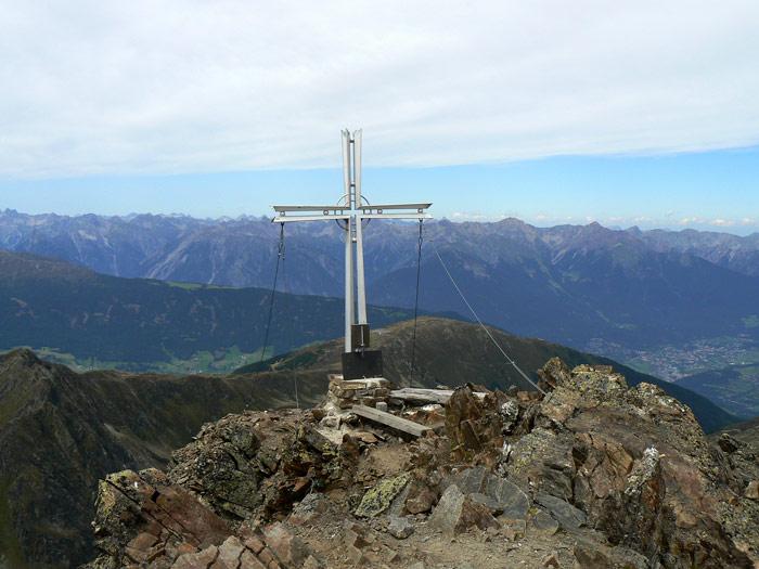 Foto: vince 51 / Wander Tour / Über den Hochzeiger auf den Wildgrat (2971m) / Wildgrat-Gipfelkreuz / 07.05.2008 23:01:42