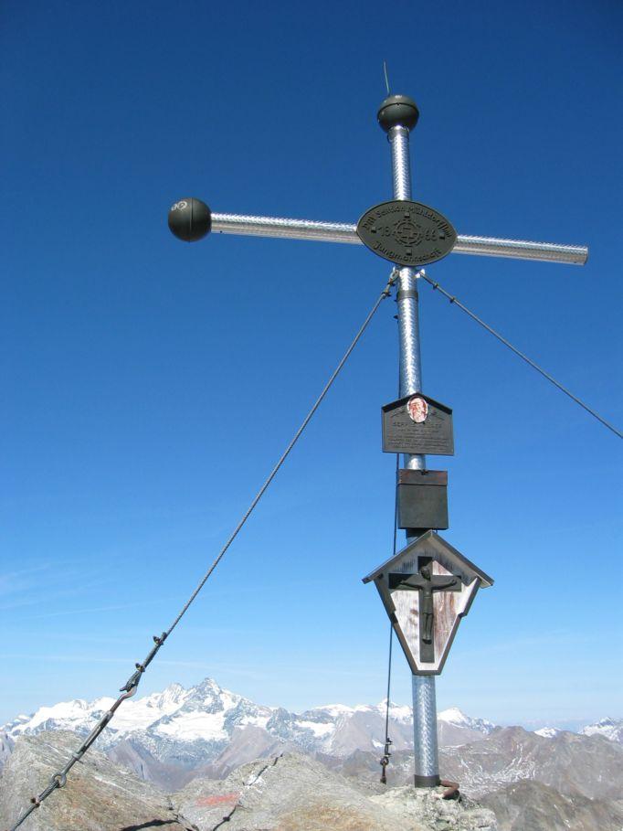 Foto: Gernot Huber / Wander Tour / Hochschober - Überschreitung / Gipfelkreuz Hochschober mit Glockner im Hintergrund / 06.03.2010 14:48:01