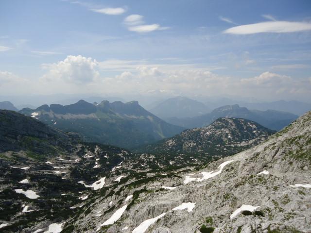 Foto: Günter Siegl / Wandertour / Über die Ebenseer-Hochkogelhütte auf den Schönberg / Loser in Bildmitte, im Hintergrund der Dachstein, rechts der Raucher / 07.07.2012 17:38:38