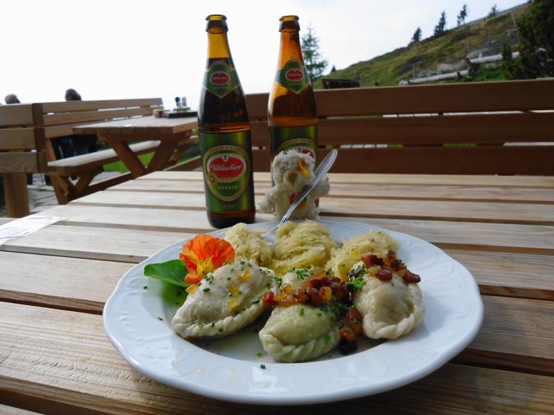 Foto: Günter Siegl / Wander Tour / Hochpalfennock und Kamplnock (2101m) / Basty schlemmt bei der Millstätter Hütte / 10.11.2016 21:26:45