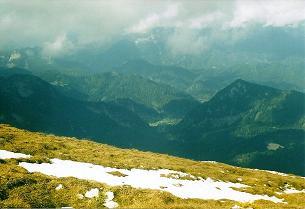 Foto: Wolfgang Dröthandl / Wander Tour / Von Wildalpen auf den Großen Griesstein / Blick vom Gipfel auf die grüne Wiesenmulde von Hinterwildalpen / 28.03.2011 13:55:38