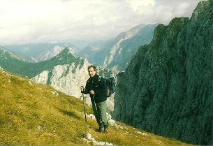 Foto: Wolfgang Dröthandl / Wander Tour / Von Wildalpen auf den Großen Griesstein / Abstieg in den Sattel zwischen den Griessteinen: Blick nach Osten (Edelbodenalm, Hochschwab) / 28.03.2011 14:02:53