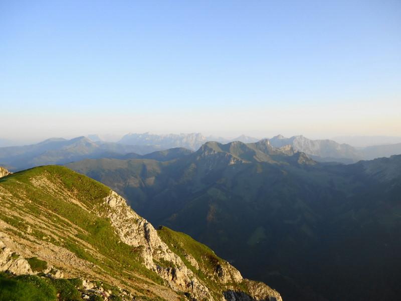 Foto: Günter Siegl / Wander Tour / Gößeck - Vorposten der Eisenerzer Alpen (2214m) / Blick zu Wildfeld und Stadelstein, dahinter Kaiserschild und Gesäuse / 28.07.2014 16:41:44