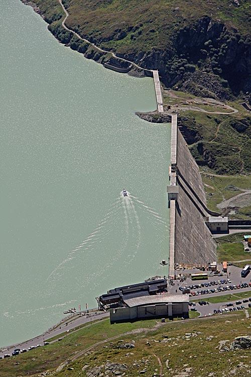 Foto: tomy37 / Wander Tour / Bielerspitze - Aussichtskanzel über dem Silvretta Stausee (2545m) / Staumauer und Motorboot auf dem See / 25.08.2009 23:45:11