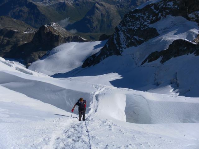 Foto: Wolfgang Lauschensky / Wander Tour / Piz Palü - Eisriese in der Berninagruppe (3905 m) / große Querspalten unter dem Sattel - Tiefblick zum Piz Trovat / 04.11.2013 20:20:15