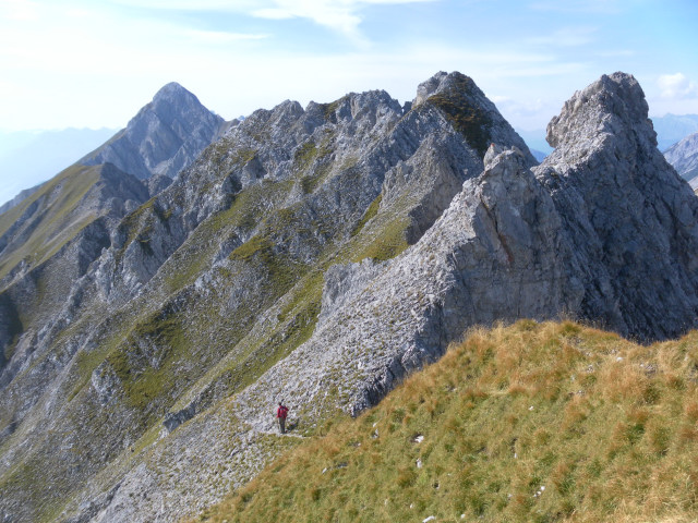 Foto: Wolfgang Lauschensky / Wander Tour / Lattenspitze - Pfeiser Spitze / Von der Lattenspitze zur Pfeiserspitze. Links die Rumerspitze, davor der Thaurer Jochkopf / 01.10.2013 15:13:11