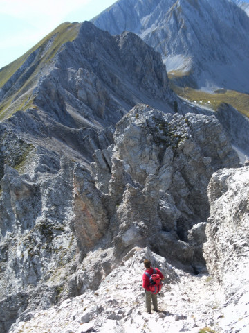 Foto: Wolfgang Lauschensky / Wander Tour / Lattenspitze - Pfeiser Spitze / Einstieg in die Rinne. Dahinter der Thaurer Jochkopf / 01.10.2013 15:11:30
