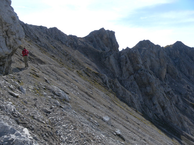 Foto: Wolfgang Lauschensky / Wander Tour / Lattenspitze - Pfeiser Spitze / Querung der Geröllhalden Richtung Thaurer Jochkopf / 01.10.2013 15:11:18