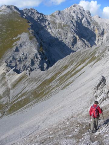 Foto: Wolfgang Lauschensky / Wander Tour / Lattenspitze - Pfeiser Spitze / Schuttreisenabstieg zum Stempeljoch. Links die Kleine Stempeljochspitze. / 01.10.2013 15:10:20