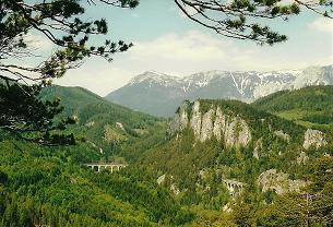 Foto: Wolfgang Dröthandl / Wander Tour / Ghega - Bahnwanderweg vom Semmering nach Gloggnitz  / Der berühmte '20 Schilling - Blick': Rax mit Heukuppe, Viadukt 'Kalte Rinne', Polleroswand / 07.03.2011 16:41:03