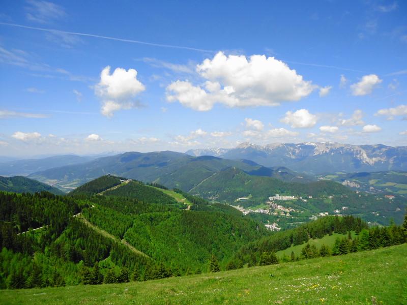 Foto: Günter Siegl / Wander Tour / Von Mürzzuschlag über die Kampalpe auf den Semmering / Tratenkogel - Höhenzug in Bildmitte (Aufnahme vom Erzkogel) / 10.06.2015 14:53:48