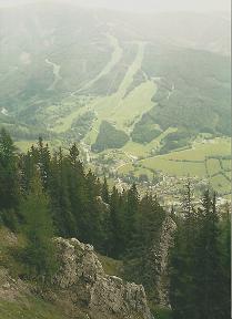 Foto: Wolfgang Dröthandl / Wandertour / Von Mürzzuschlag über die Kampalpe auf den Semmering / Tiefblick vom Gipfel der Kampalpe auf Spital am Semmering und die Stuhleck - Pisten / 07.03.2011 16:52:45
