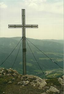 Foto: Wolfgang Dröthandl / Wandertour / Von Mürzzuschlag über die Kampalpe auf den Semmering / Gipfelkreuz auf der Kampalpe gegen Pretul / 07.03.2011 16:51:51