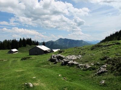 Foto: Karl Hoffmann / Wander Tour / Von St. Wolfgang auf den Vormauerstein / Vormaueralm (1.350 m), dahinter der Zimnitz, Leonsberg 1.745 m  / 11.06.2013 13:10:06