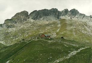 Foto: Wolfgang Dröthandl / Wander Tour / Von Elbigenalp auf die Hermann-von-Barth-Hütte / Blick zur Hermann von Barth - Hütte mit Ilfen- und Plattenspitze / 01.02.2011 12:47:58