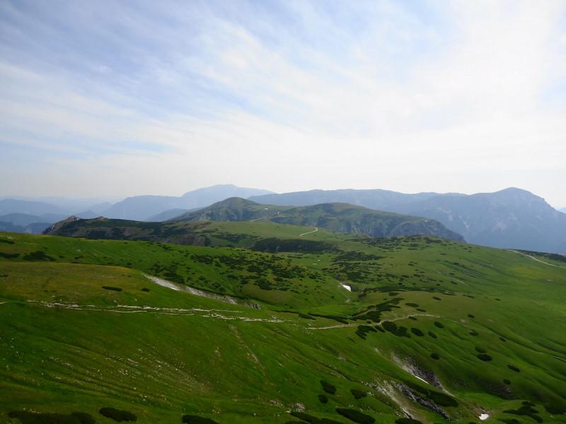 Foto: Günter Siegl / Wandertour / Von Altenberg an der Rax auf die Schneealpe / Plateau. Mittig Lurgbaueralm. / 17.07.2015 14:53:13