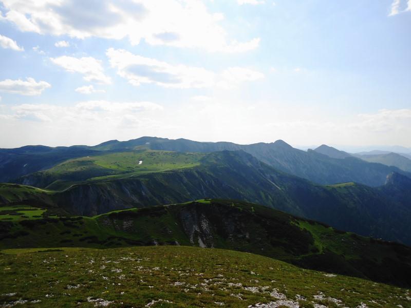Foto: Günter Siegl / Wandertour / Von Altenberg an der Rax auf die Schneealpe / Am Plateau. Links der Mitte im Hintergrund der Windberg. / 17.07.2015 14:57:40
