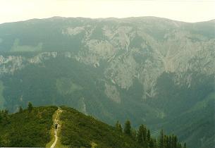 Foto: Wolfgang Dröthandl / Wander Tour / Von Altenberg an der Rax auf die Schneealpe / Ausstieg auf die Hochfläche; im Hintergrund Rax (Kahlmäuer) / 01.02.2011 13:12:35