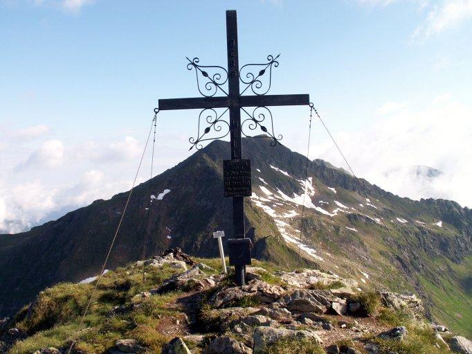 Foto: fili67 / Wandertour / Vom Etrachsee auf das Bauleiteck / Bauleiteck-Gipfelkreuz mit Blick Richtung Gjoadeck / 01.10.2009 19:50:10