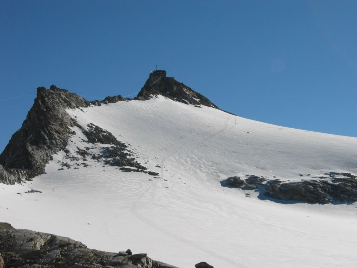 Foto: Gernot Huber / Wandertour / Über das Kleine Fleißkees zum Zittelhaus am Hohen Sonnblick (3106m) / Gipfel mit Wetterwarte und Zittelhaus / 05.03.2010 20:37:53