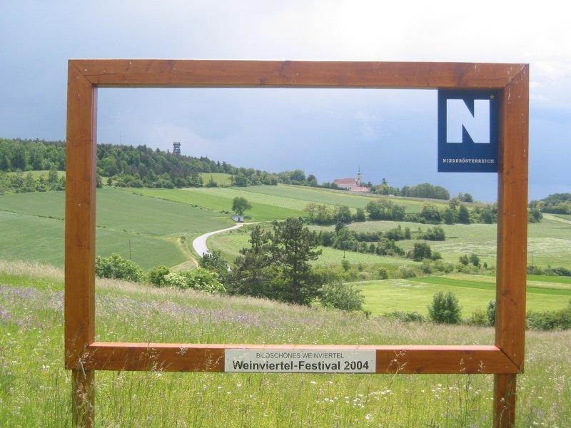 Foto: Landesbunny / Wander Tour / Wanderung im Naturpark Leiser Berge / Maria Oberleis mit der Aussichtswarte / 17.09.2007 11:20:05