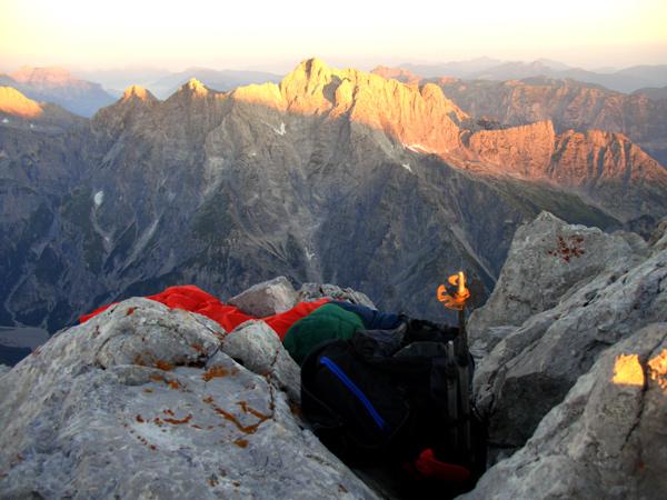 Foto: Datzi / Wander Tour / Watzmann - Überschreitung / Mein Biwak auf der Mittelspitze mit Blick zum Hochkalterer / 31.07.2011 15:17:46