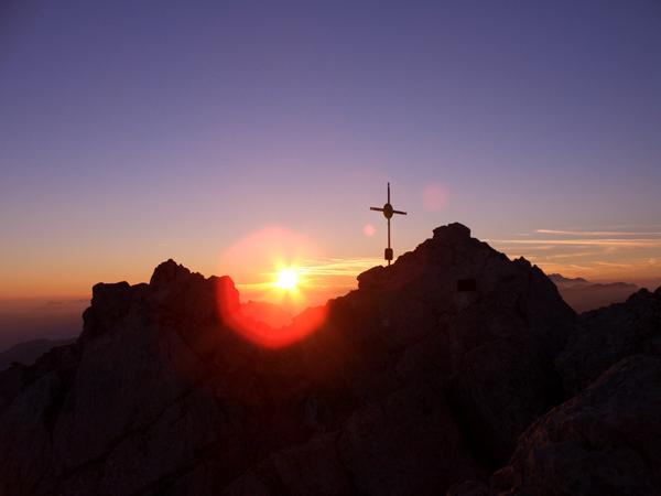 Foto: Datzi / Wander Tour / Watzmann - Überschreitung / Dieser Tourenbeschreibung ist nichts mehr hinzuzufügen eine absolute  Spitzentour!  Bei Meiner Tour machte ich ein Biwak hier sieht man den Sonnenaufgang auf der Mittelspitze / 31.07.2011 15:17:23