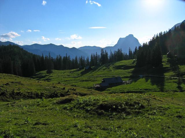Foto: Jodeli / Wander Tour / Große Gesäusedurchquerung mit Überschreitung des Lugauer (2217m) / Humlechner Alm, im Hintergrund der Admonter Reichenstein / 14.06.2009 21:22:52