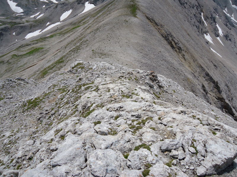Foto: Günter Siegl / Wandertour / Durch das Edelgrieß auf den Landfriedstein / Leichte Kletterstellen am Gipfelaufbau - hier im Abstieg. / 08.07.2011 15:08:19