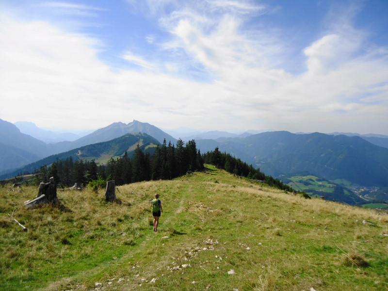 Foto: Günter Siegl / Wander Tour / Von Hütte zu Hütte über den Königsberg / Zur Kitzhütte. Links der Mitte Stumpfmauer und Tanzboden. / 13.10.2015 21:05:36