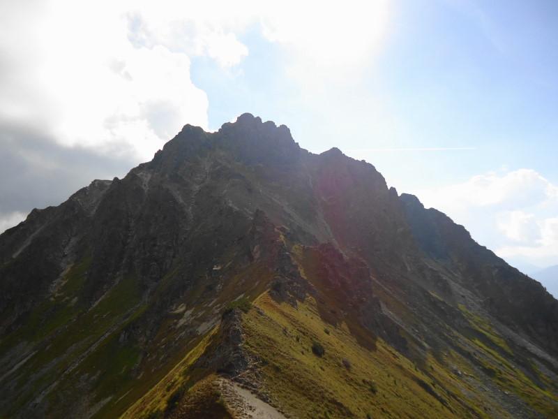 Foto: Günter Siegl / Wandertour / Aus dem Bärntal auf den Gamskogel / Rückblick vom Grat auf den Knaudachkogel - der Abstieg über die Rinne rechts von der höchsten Erhebung war kein Vergnügen! / 11.09.2013 20:06:38