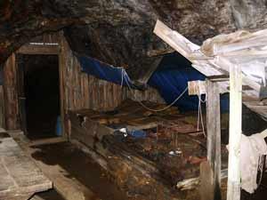 Foto: Datzi / Wander Tour / Zinkwand und Rotmandlspitze / Hier im Stollen sieht man noch die Nächtigungsmöglichkeiten von früher. Auch sieht man noch eine alte Schmiede wo früher das Werkzeug für den Abbau geschärft wurde. Das Erz wurde von den Arbeitern ins Tal getragen und das Holz für die Schmiede Morgens nach oben mitgenommen / 09.08.2011 07:00:49