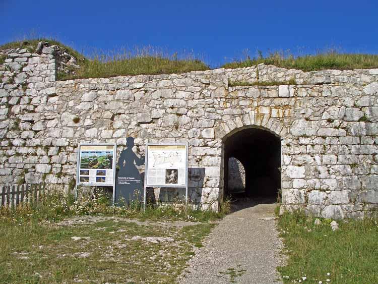 Foto: tomy37 / Wander Tour / Burgenrunde hoch über dem Talkessel von Reutte / Das Südportal, dahinter das Karussell / 19.08.2009 19:03:02