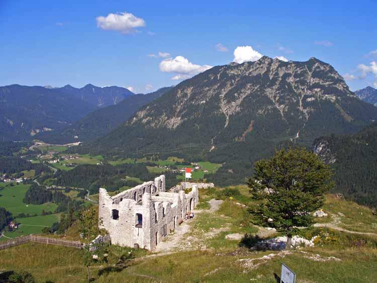 Foto: tomy37 / Wander Tour / Burgenrunde hoch über dem Talkessel von Reutte / Die Kaserne / 19.08.2009 18:58:11