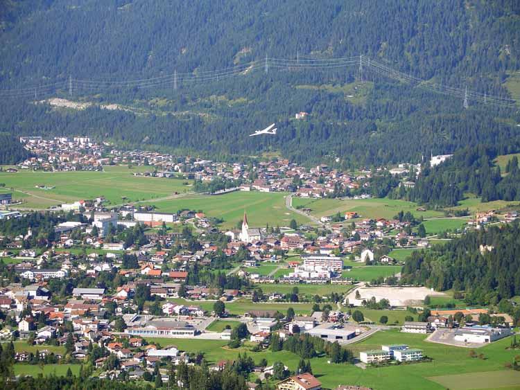 Foto: tomy37 / Wander Tour / Burgenrunde hoch über dem Talkessel von Reutte / Segelflugzeug über Reutte / 19.08.2009 18:55:03