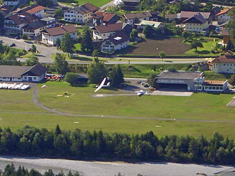 Foto: tomy37 / Wander Tour / Burgenrunde hoch über dem Talkessel von Reutte / Segelflugzeug über dem Flugplatz / 19.08.2009 18:54:28